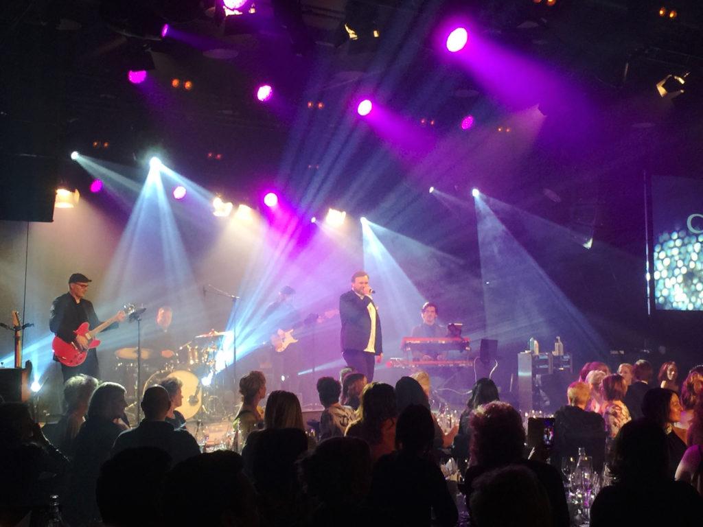 Showbøcks Syngende Servitører med Lasse Vermeli i front
