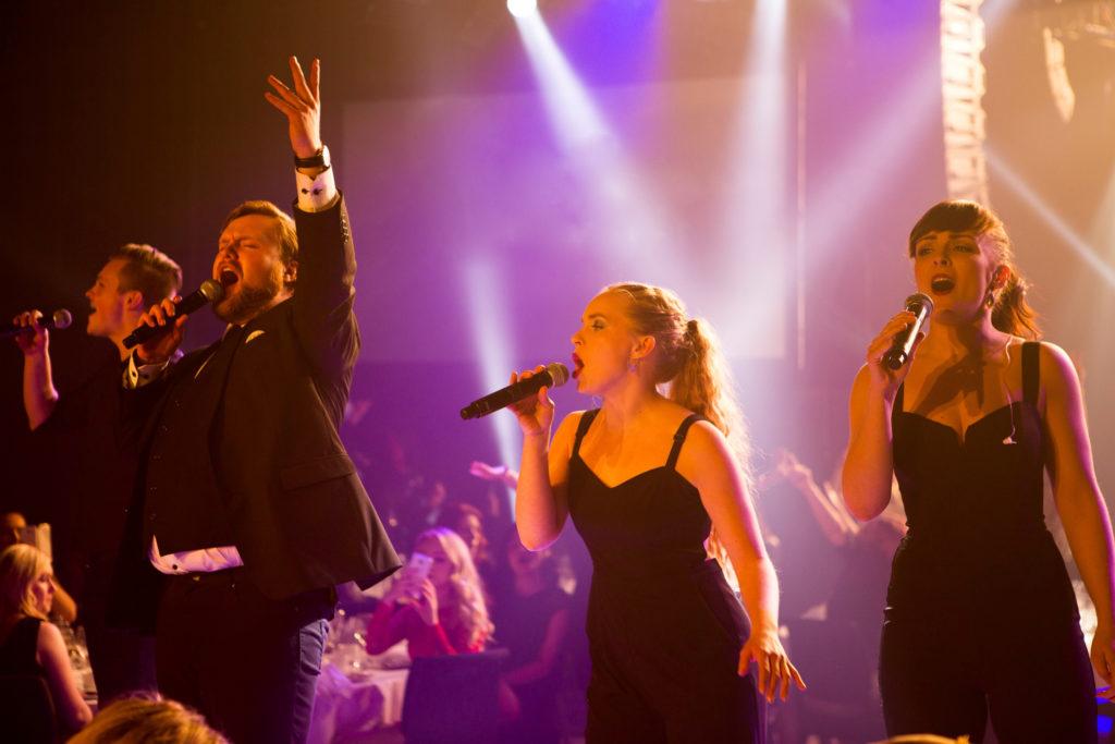 Showbøck leverer en herlig ABBA-fest
