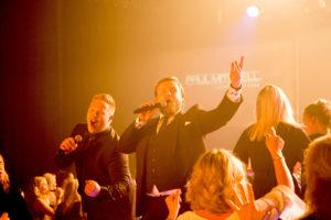 Showbøcks Syngende Servitører med Lasse Vermeli i spissen her.